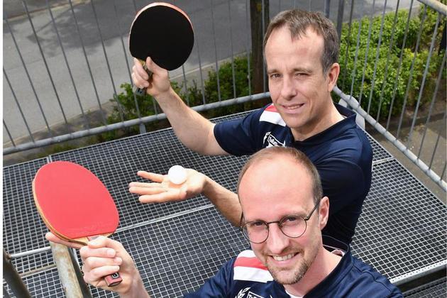 Zwei Brüder, eine Leidenschaft: Thorsten (hinten) und Julian Ahlemeyer sind dem Tischtennis seit Jahrzehnten treu. Foto: Oliver Schwabe